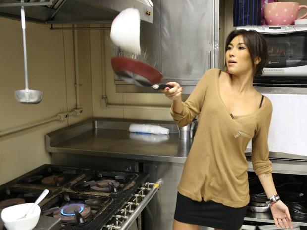 Dani mostra que tem prática em virar a tapioca na frigideira (Foto: Malhação / TV Globo)