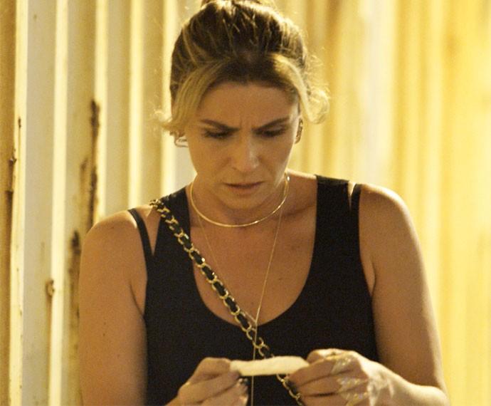 Atena recebe recado de Sueli e fica chocada (Foto: TV Globo)
