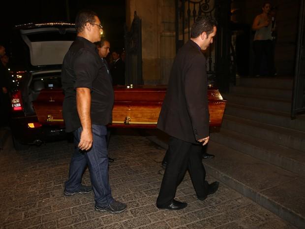Caixão com o corpo de Paulo Goulart chega ao velório em São Paulo (Foto: Iwi Onodera/ EGO)