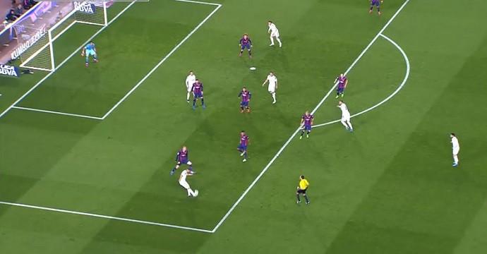 Cristiano Ronaldo impedido no passe em gol anulado de Bale no Barcelona x Real Madrid