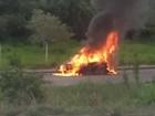 PM localiza carro em chamas no Bairro Buritis em Arcos