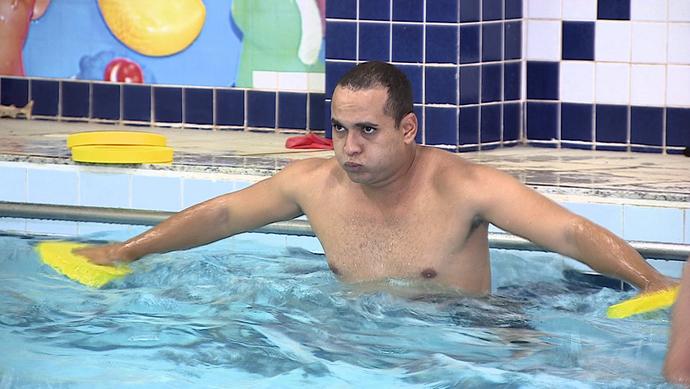 Nosso apresentador também caiu na piscina e encarou o treino de aquacross (Foto: TV Sergipe)