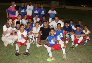 Jogador conversou com participantes de projeto e projetou ajuda ao futebol local (Foto: Imagem/Tércio Neto)