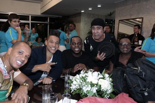 Músicos reunidos para o DVD Samba de Fé (Foto: Agnews)