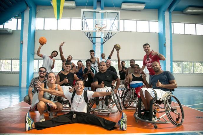 Juan Paiva, Felipe Silcler, Tony Garrido e equipe posam com time de basquete em cadeira de rodas (Foto: Raphael Dias / Gshow)