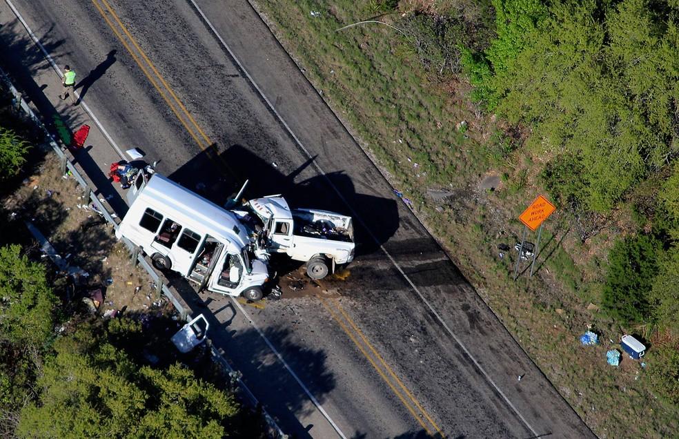 Van que transportava 13 fiéis da Primeira Igreja Batista de New Braunfels, no Texas, sofreu colisão frontal com uma caminhonete (Foto: Pete Luna/The San Antonio Express-News via AP)