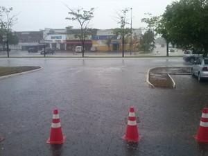 Chuva durou menos de uma hora, mas foi suficiente para diminuir a temperatura (Foto: João Guilherme Lobasz/G1)