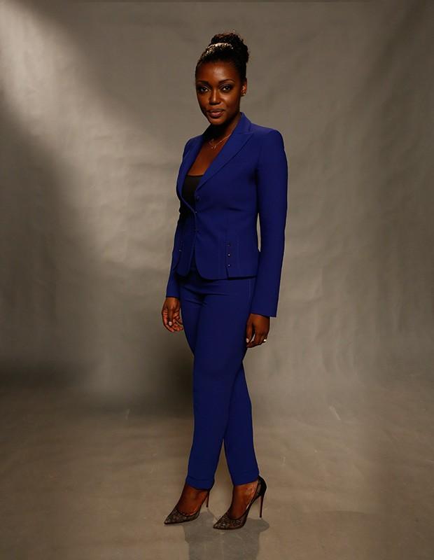 Lesliana Pereira apostou um modelo discreto, com um terno azul e para completar, um scarpin (Foto: Ellen Soares/Gshow)