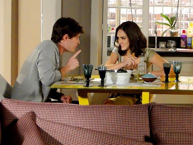 Conrado jura que está mudando para agradar a amada (Foto: Cheias de Charme / TV Globo)