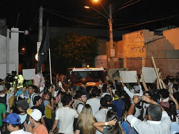 Polícia tenta resgatar prefeito cercado em carro-forte (Foto:  Normando Sóracles/Agência Miséria)