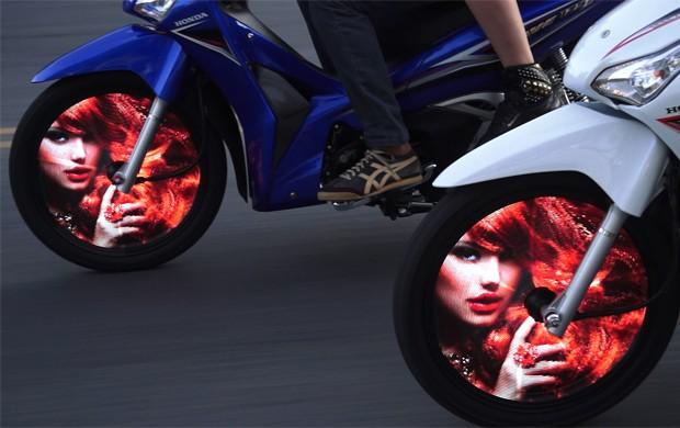 Tecnologia promete mostrar vídeos em rodas de motos (Foto: Divulgação)
