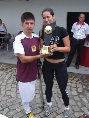 Rogerinho recebe a taça de campeão do desafio (Foto: Arquivo Pessoal)