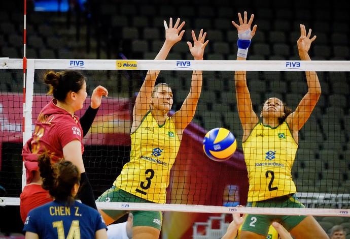 Dani Lins e Juciely sobem para bloquear na vitória do Brasil (Foto: Divulgação/FIVB)