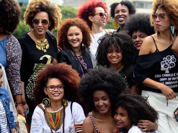 Mulheres se reúnem no vão do Masp, na Avenida Paulista, para a Marcha do Orgulho Crespo (Foto: Cris Faga/Fox Press Photo/Estadão Conteúdo)