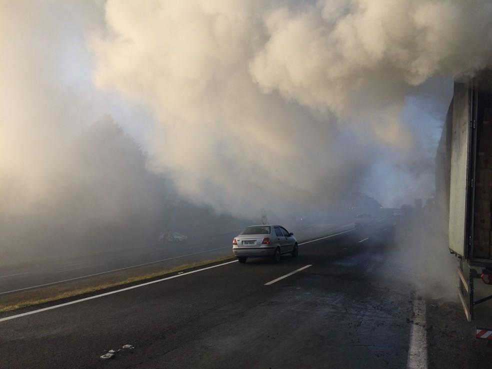 Fumaça comprometeu a visibilidade na Marechal Rondon em Agudos (Foto: Evandro Cini / TV TEM )
