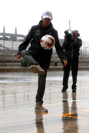 Nico Rosberg joga bola enquanto espera classificação em Austin (Foto: Getty Images)