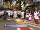Fiéis celebram Corpus Christi com procissões e tapetes coloridos em SC