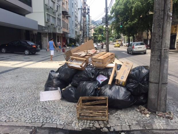 Lixo se acumulou na Rua São Francisco Xavier, na Tijuca (Foto: Alba Valéria Mendonça/G1)