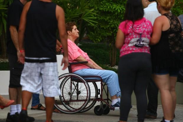 Mãe dona Nilda saindo do sepultamento de cadeira de rodas (Foto: Iwi Onodera / EGO)