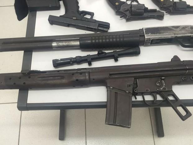 Armas apreendidas com suspeitos de assaltos a bancos em Bom Jesus da Lapa, na Bahia (Foto: Divulgação/Polícia Civil)