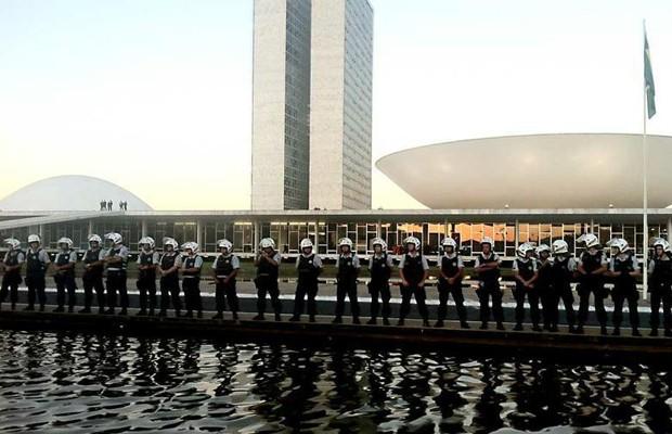 Policiais fazem cordão de isolamento diante do Congresso Nacional (Foto: Rafaela Céo / G1)