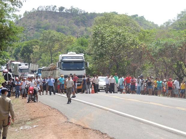 Via ficou interditada após o acidente na BR-316 (Foto: Alberto Dias)