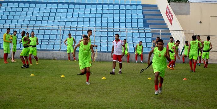 Lateral Bruno Limão (à direita) retorna ao time após cumprir suspensão automática (Foto: Marcelo Júnior / Mirante FM Imperatriz)