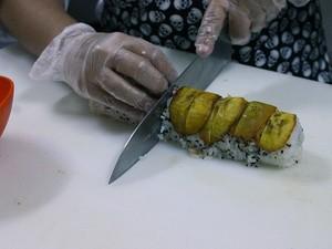 Corte em rodelas após colocar as bananas  (Foto: Leandro Tapajós/G1 AM)