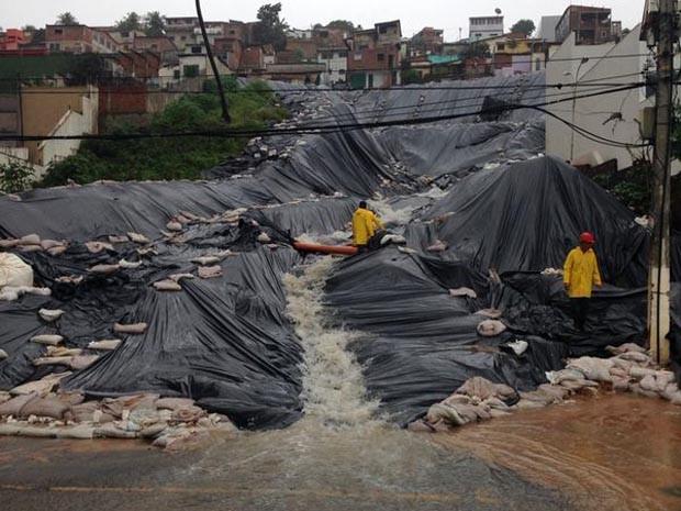 Área que deslizou em junho está coberta por lonas (Foto: Emmily Virgílio/InterTV Cabugi)