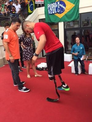 """Alan Fonteles testa prótese no """"Bolt Contra o Tempo"""" (Foto: Amanda Kestelman)"""