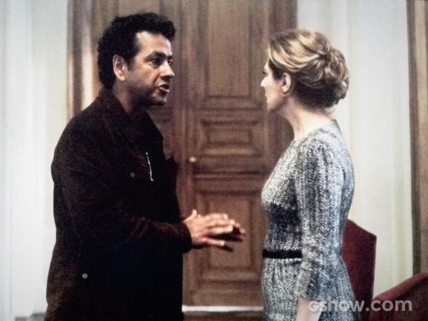 Angela não consegue se controlar em depoimento (Foto: O Rebu / TV Globo)