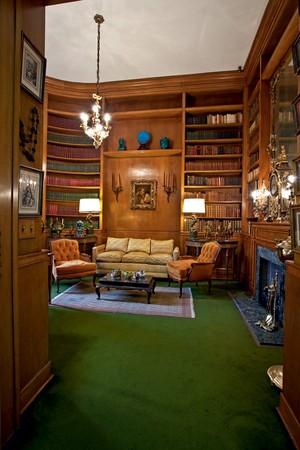 Ema Klabin recebia seus amigos e familiares na biblioteca, local onde se encontra a tela Ariadne, do pintor francês Jean-Baptiste Greuze (Foto: Ilana Bar/Editora Globo)