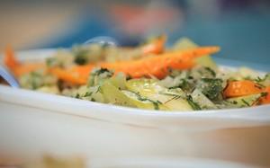 Legumes no vapor com molho de cebola
