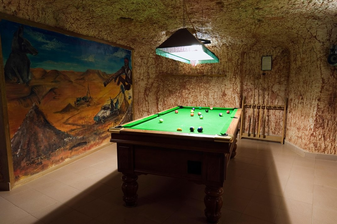 Sala de lazer de um hotel subterrâneo de Coober Pedy (Foto: Divulgação)