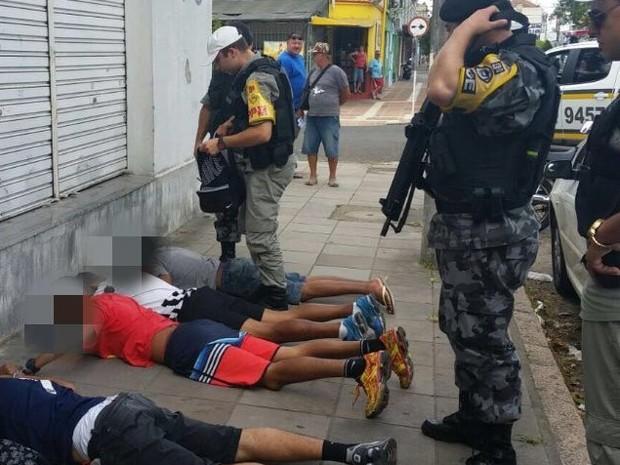 Após arrastão, quatro homens foram presos na Rua Rio Grande (Foto: Divulgação/BM)