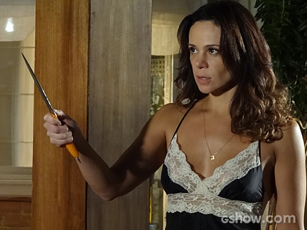 Juliana usa um facão para conter o desejo de Jairo (Foto: Em Família/TV Globo)