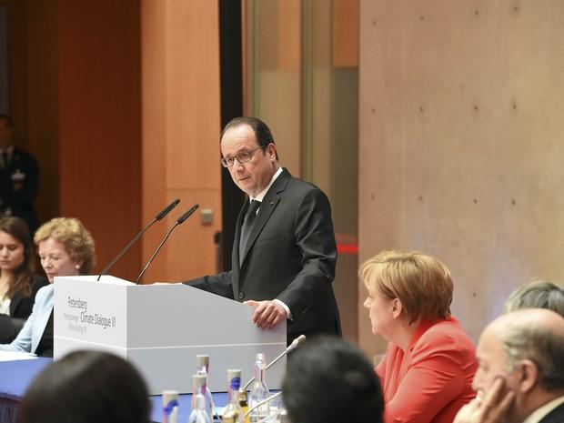 O presidente francês François Hollande discursa durante Diálogos do Clima Peterberg, que acontece em Berlim, em preparação à Cúpula do Clima de Paris, a COP 21 (Foto: Tobias Schwarz/Reuters)