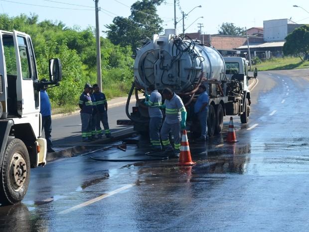 Equipe da Águas do Mirante foi ao local para resolver problema em Piracicaba (Foto: Luiz Felipe Leite/G1)