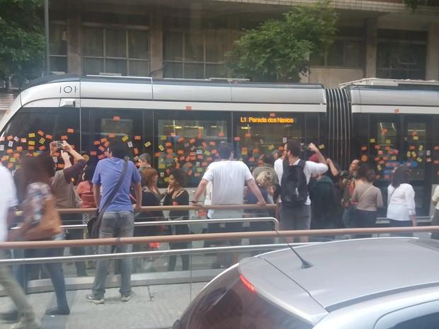 Manifestação dos professores da rede pública estadual interrompe circulação do VLT (Foto: Reprodução/Redes Sociais)