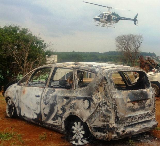 Carro utilizado no assalto foi encontrado incendiado (Foto: Polícia Militar Ambiental/Divulgação)