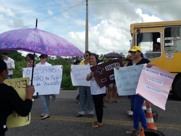 Moradores de Afonso Bezerra, RN, protestam contra construção de presídios (Foto: Hiago Felix)