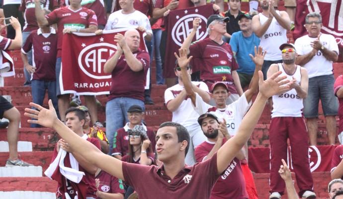 Torcedores da Ferroviária comemoram o retorno à elite do Paulistão (Foto: Leonardo Fermiano/Site AFE)