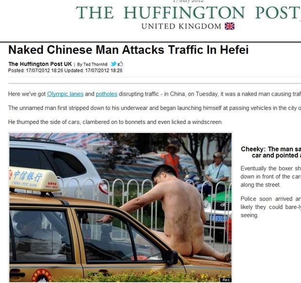 Chinês tira a roupa e interrompe passagem de carros em Hefei, na China (Foto: Reprodução)
