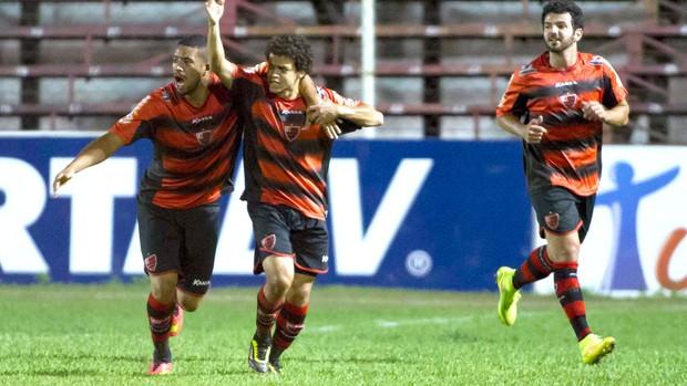 Denis comemora gol do Oeste contra a Portuguesa (Foto: Jose Luis da Silva / Agência estado)