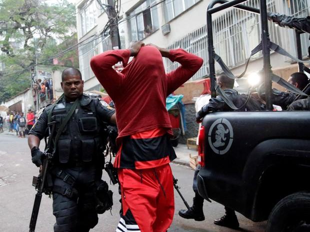 Policiais prendem um homem suspeito de ser traficante durante operação na comunidade Pavão-Pavãozinho em Copacabana, no Rio de Janeiro (Foto: Ricardo Moraes/Reuters)