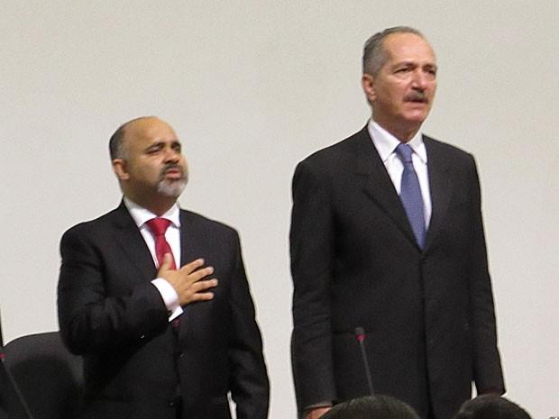 O novo ministro do Esporte, George Hilton (esq.), ao lado do antecessor, Paulo Bernardo (Foto: Henrique Arcoverde / G1)
