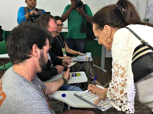 Serys votou no IFMT durante a manhã (Foto: Thainá Paz/ G1)