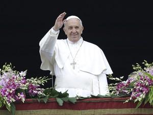 Papa Francisco abençoa multidão na praça São Pedro, no Vaticano, após a missa de Páscoa neste domingo (5) (Foto: AP Photo/Andrew Medichini)
