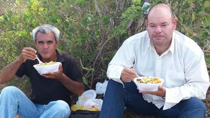 Em dos raros momentos durante a cobertura que consegui almoçar, ao lado do fotógrafo José Aldenir