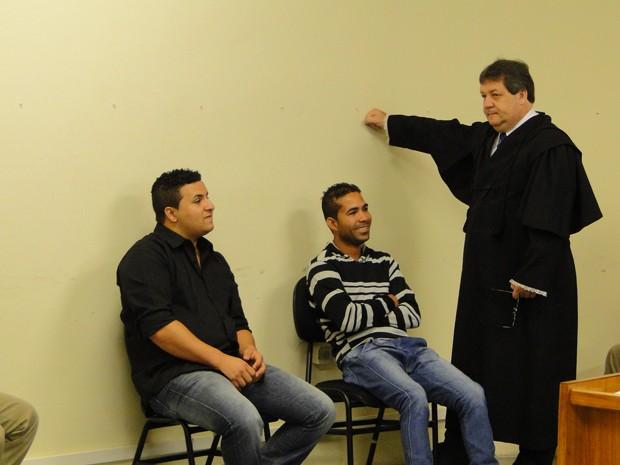 Wemerson Marques e Elenilson da Silva durante julgamento em Contagem (Foto: Pedro Triginelli/G1)